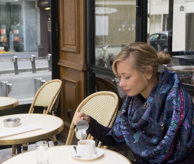 ania_axenova_merles_bleus_marine_cafe